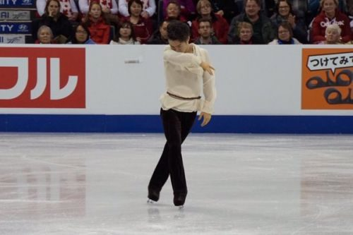 Neveitaliaより「スケートカナダの男子ショートプログラム、村上が僅差でチャンをリード。羽生は出遅れる」