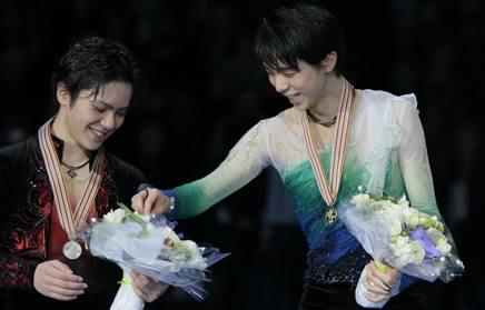 表彰式中、銀メダルの宇野昌磨の花束を検査する羽生結弦