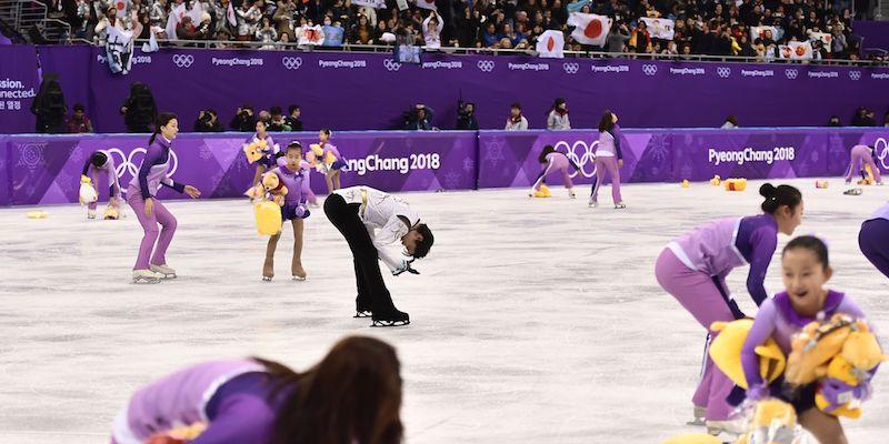 📷フィギュアスケートで彼に金メダルをもたらした演技の後、江陵アイスアリーナでぬいぐるみに囲まれる羽生結弦 (ARIS MESSINIS/AFP/Getty Images)